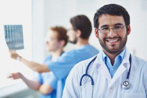 doctor-con-companeros-de-trabajo-analizando-una-radiografia_1098-581